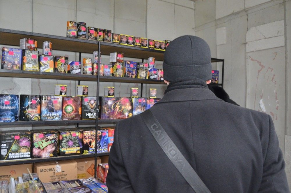 В Феодосии проверили документы у торговцев пиротехникой