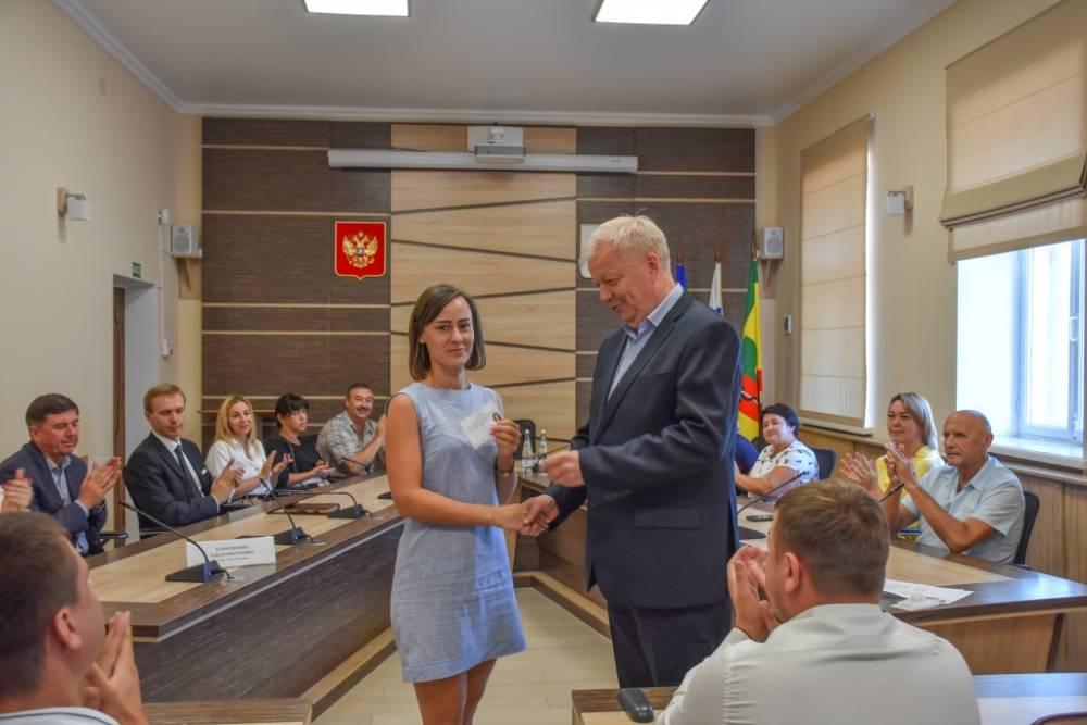 Избранным депутатам Евпаторийского городского совета второго созыва вручили мандаты