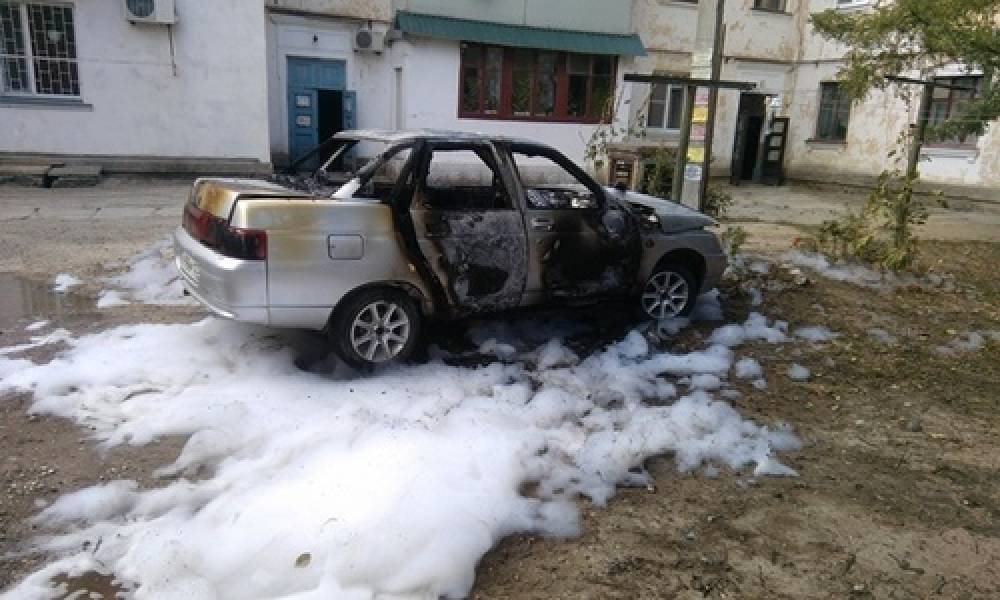 Пожарные в Феодосии тушили полыхающую «десятку»