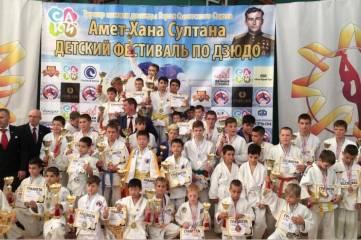 Традиционный, уже 3-й по счету турнир по дзюдо, посвященный памяти легендарного летчика, дважды Героя Советского союза Амет-Хана Султана, стартовал в городе Саки.