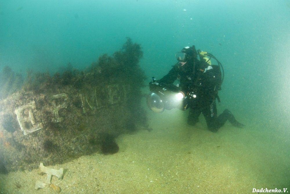 На дне Феодосийского залива дайверы установили новогоднюю елку