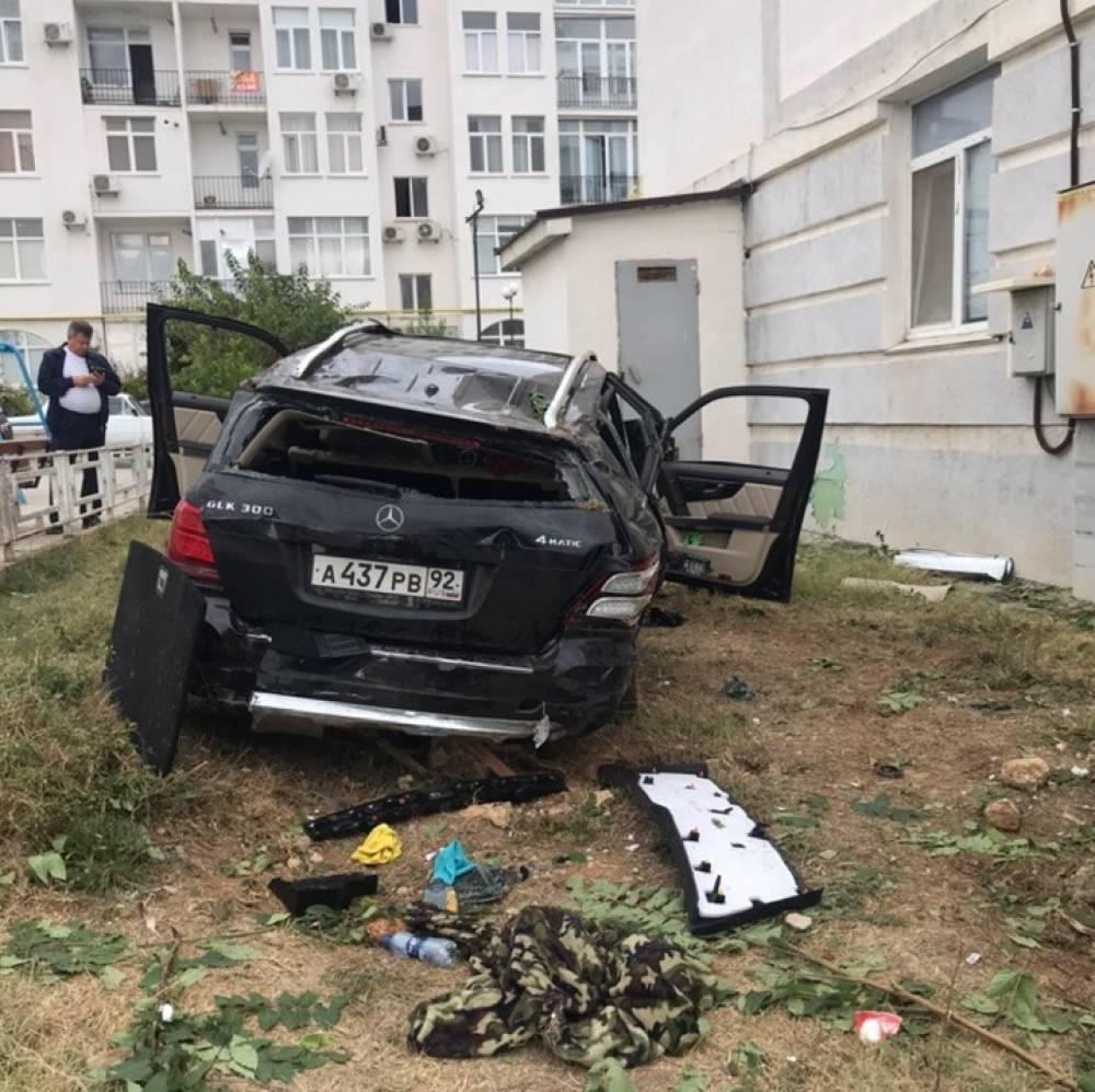 Во двор над бездорожьем: в Севастополе мерседесу не хватило взлётной полосы