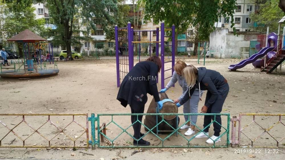 Мамы сами вышли убирать детскую площадку в Керчи