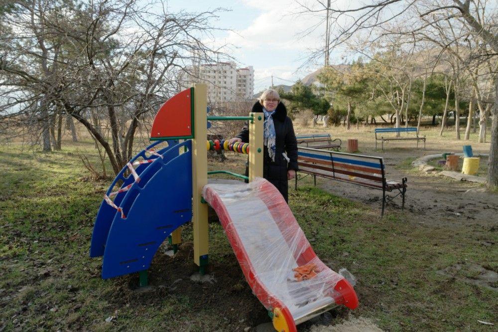 В феодосийском поселке Орджоникидзе установили новый игровой комплекс для детей
