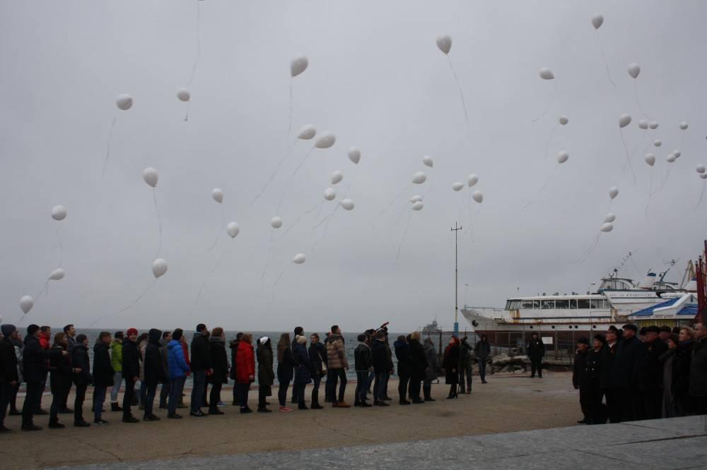 Белые шары в небе над феодосийским заливом