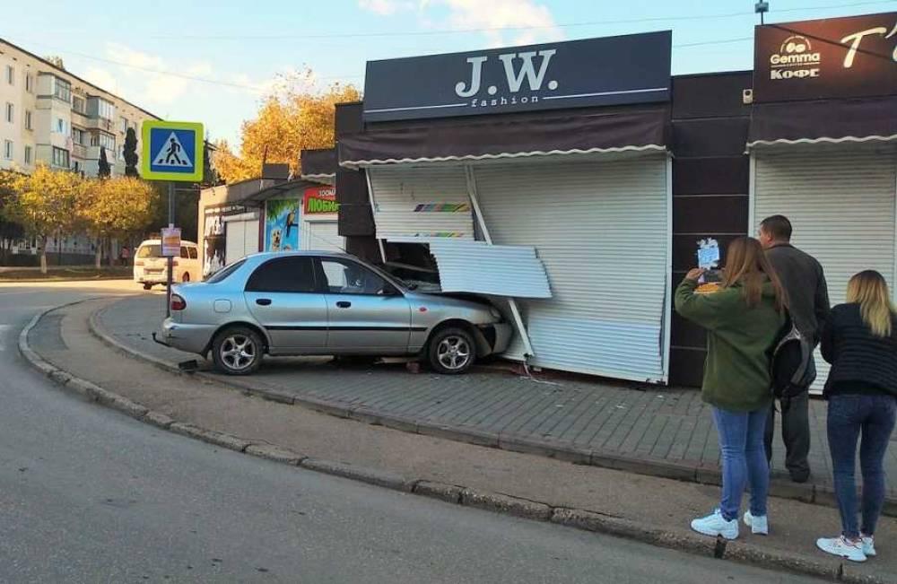 В Севастополе иномарка сбила бабушку и протаранила ларек