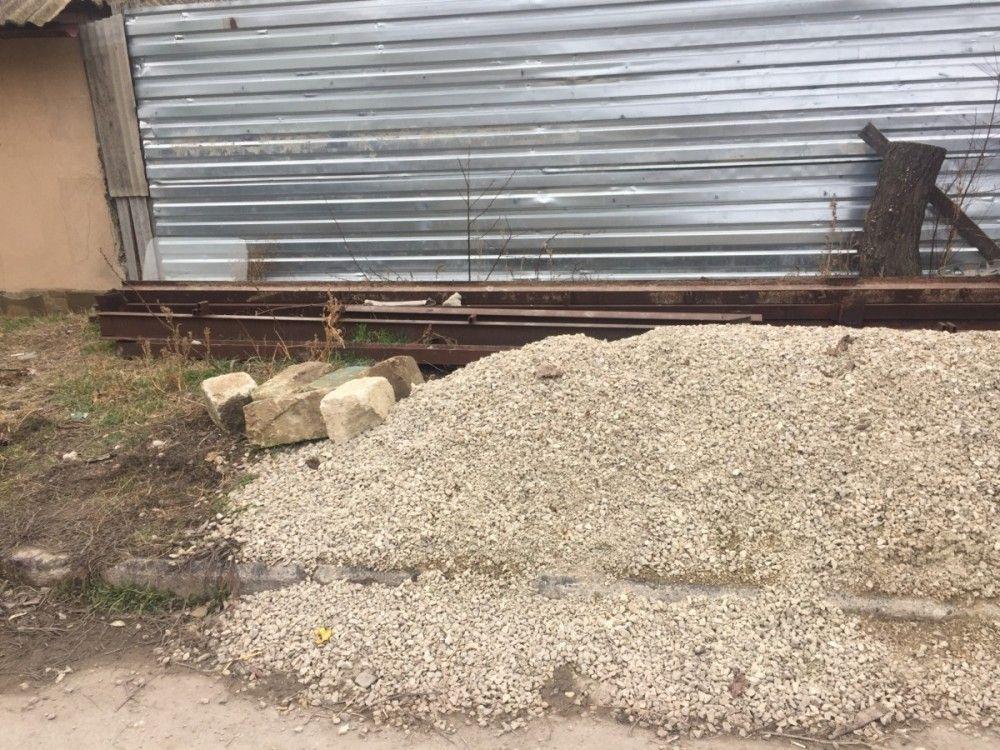 В Феодосии хозяева двух домов получили по протоколу за мусор под забором
