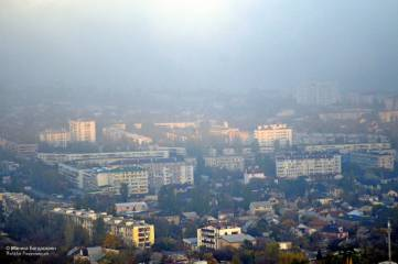 Туман в Феодосии и закат над облаками