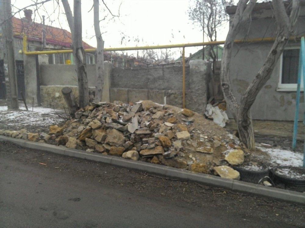 Еще несколько хозяев получили по протоколу за мусор у домов в Феодосии (ФОТО)