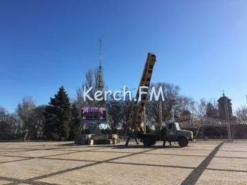 В Керчи на площади установили сцену для новогодних мероприятий