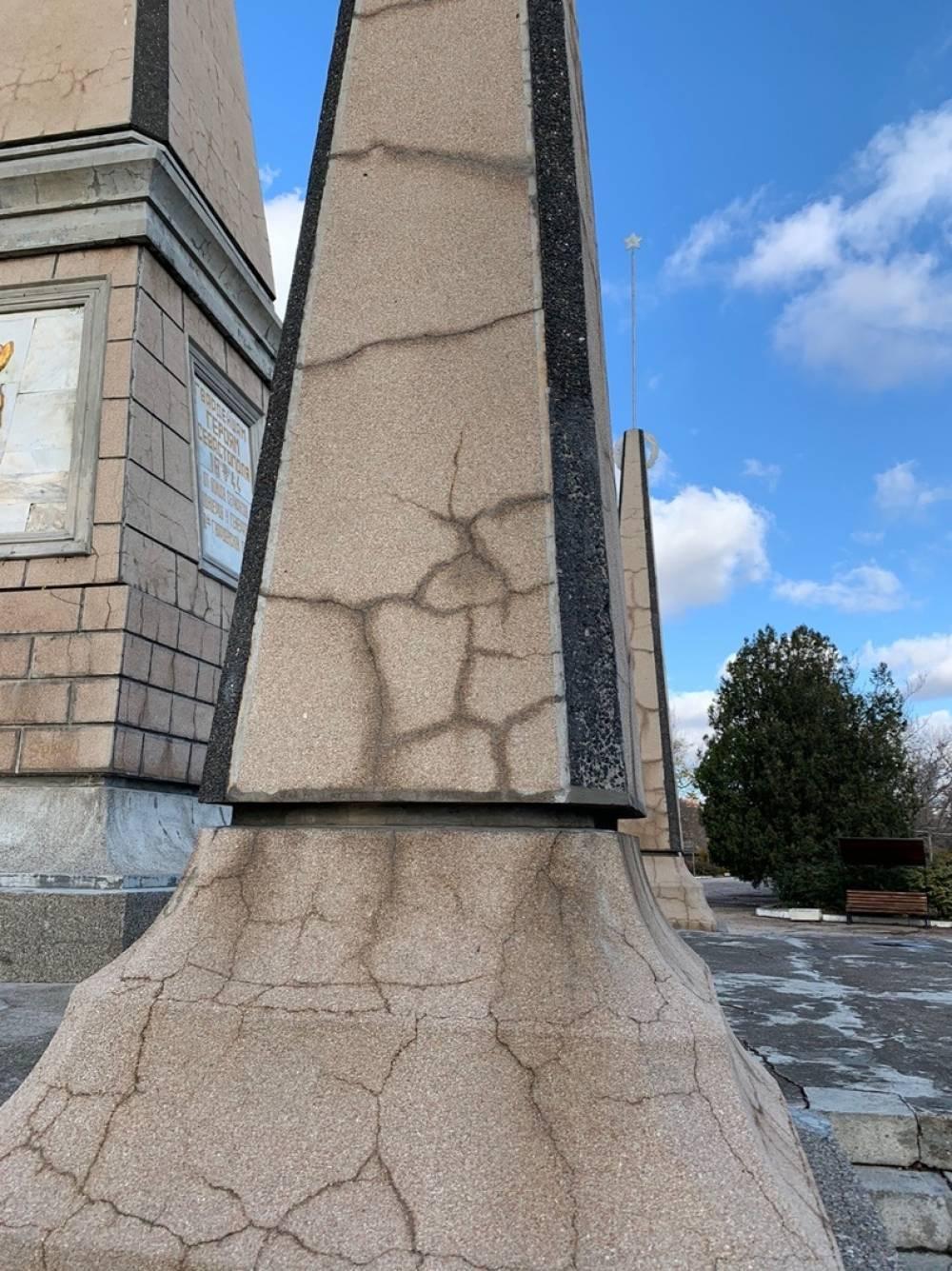 Разваливается памятник героям-освободителям Севастополя