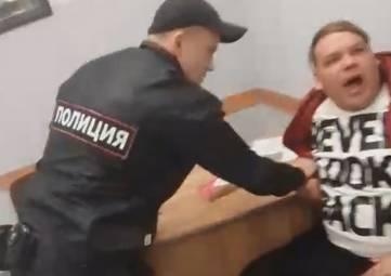 Сотрудники транспортной полиции Крыма в аэропорту Симферополь задержали дебошира