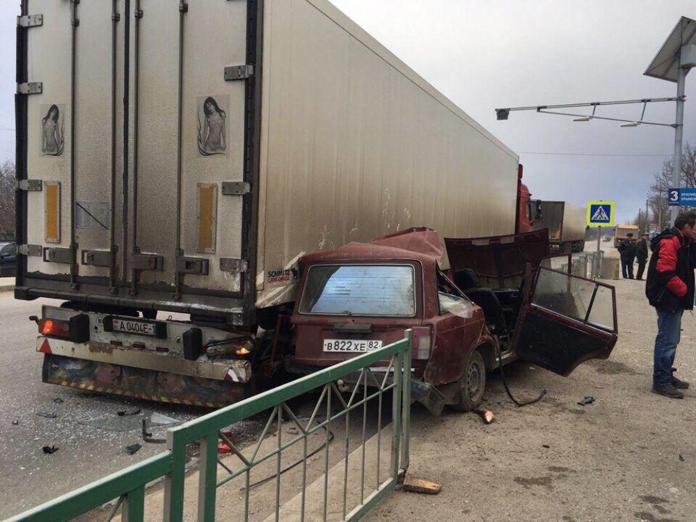 Страшное ДТП на феодосийской трассе: жигули врезались в фуру (ФОТО, ВИДЕО)