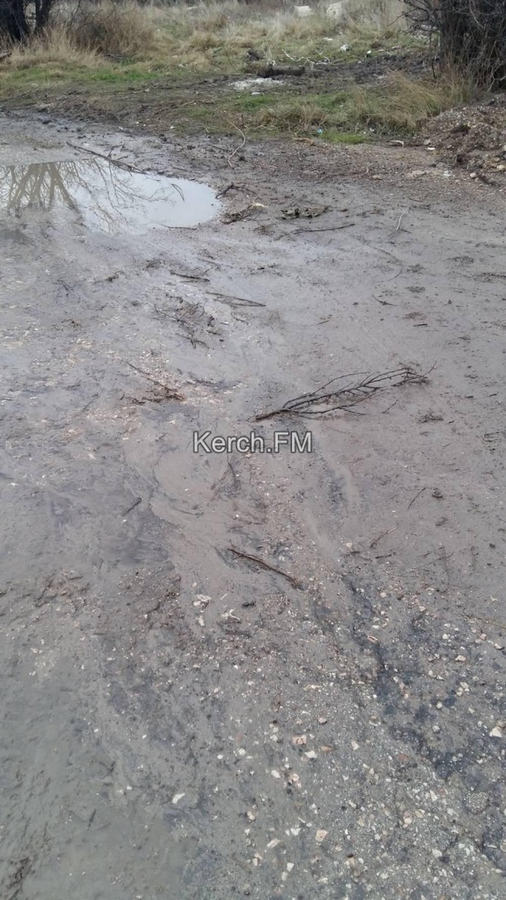 В Керчи размывает грунтовую дорогу в переулке питьевой водой