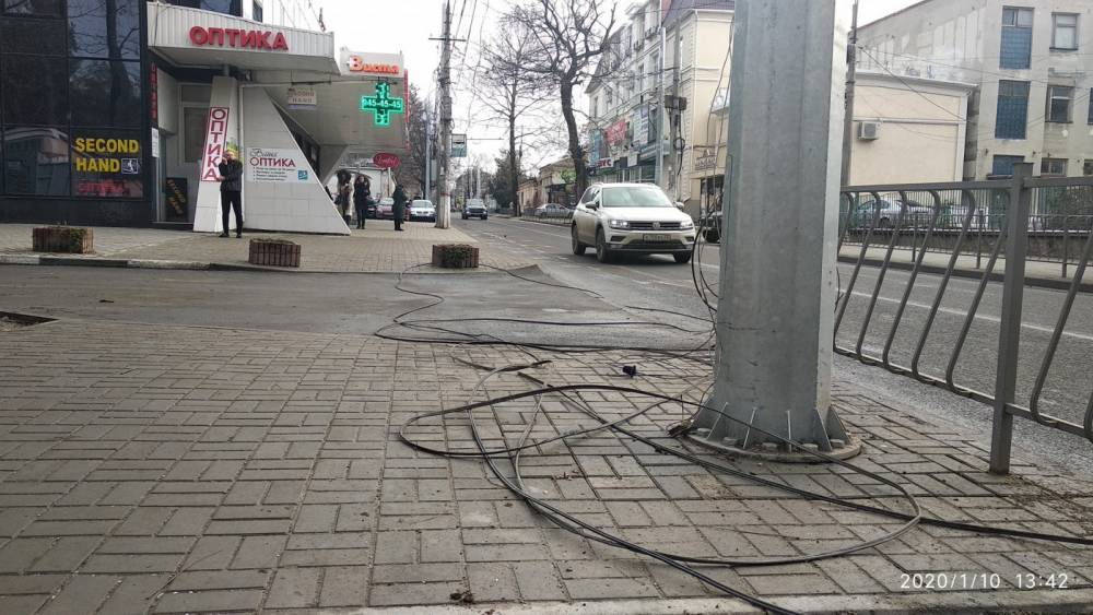 """""""Последствия"""" капремонта: улица в центре Симферополя опутана проводами"""