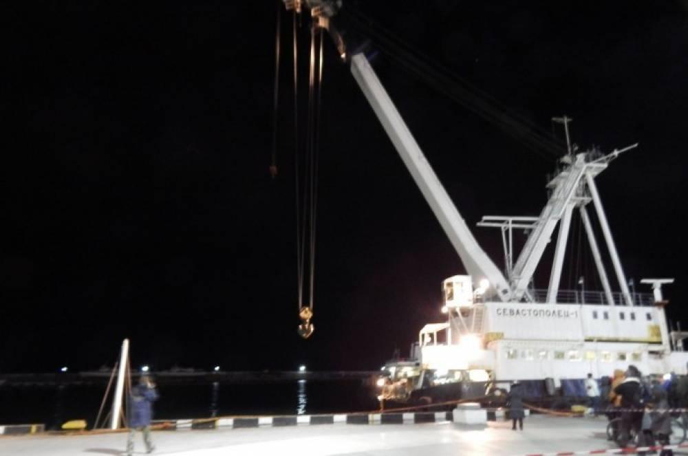 У берегов Ялты поднимают затонувшую яхту