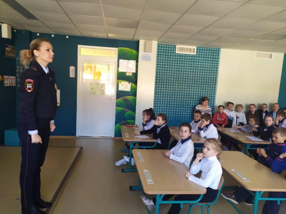 На страже детства: сотрудники полиции Ялты рассказали учащимся школы МДЦ «Артек» о правилах безопасности