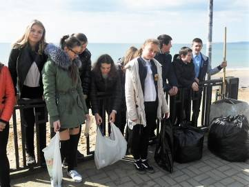 Школьники убрали мусор с пляжа в феодосийском поселке (ФОТО)