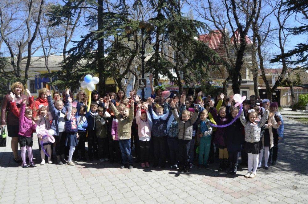Феодосийские младшеклассники высадили цветы в одном из городских скверов (ФОТО)