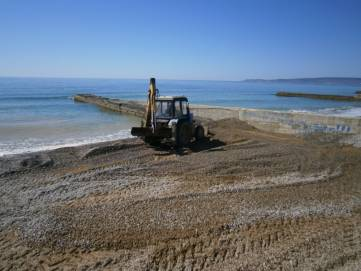 Под Феодосией трактором ровняли пляжи (ФОТО)
