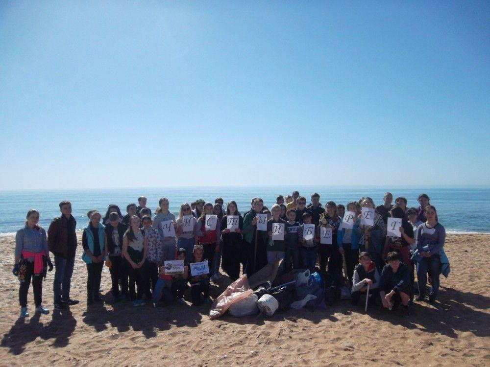 Феодосийские школьники продолжают готовить пляжи к сезону