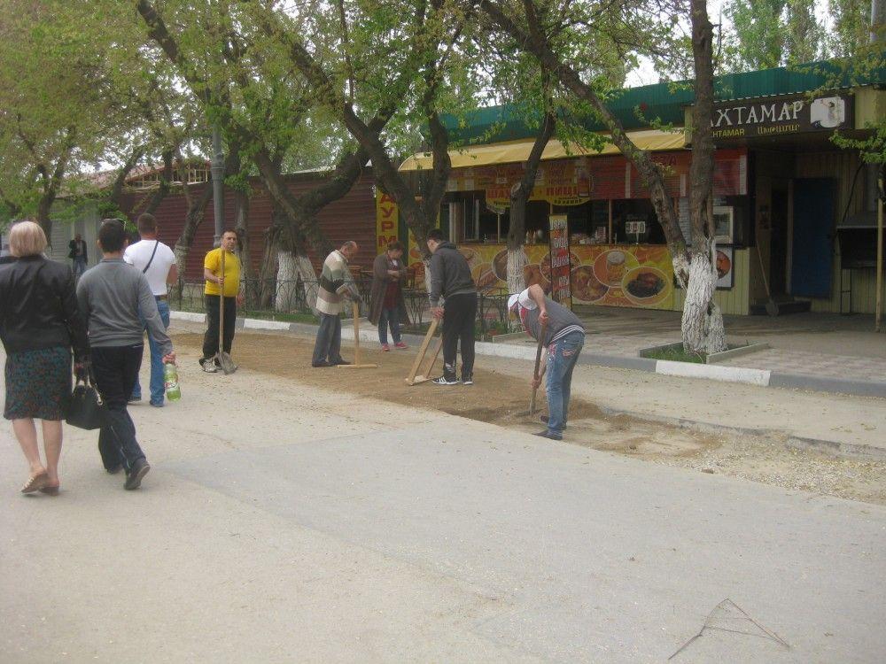 Феодосийские предприниматели местами заделывают рытвины (фотофакт)