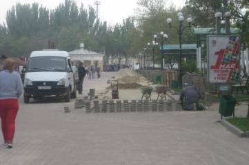На набережной Феодосии замаскировали отсутствие плитки (фотофакт)