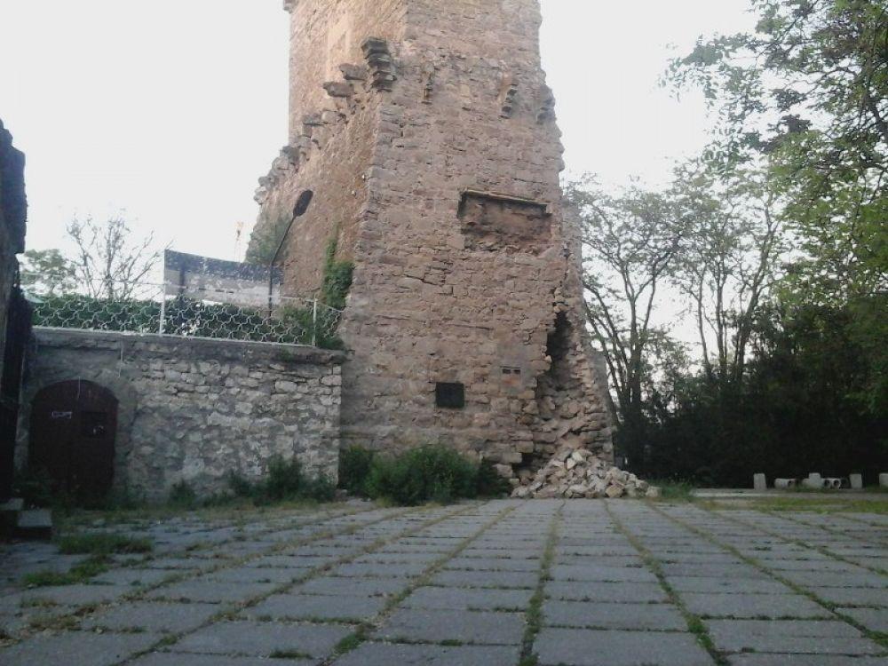 Власти Феодосии пообещали скорое начало ремонта башни Константина
