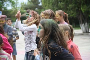 В поселке под Феодосией веселились «красочные» дети