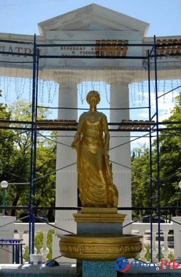 В Феодосии скульптуру фонтана-памятника Доброму гению выкрасили в цвет золота