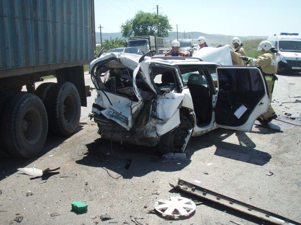 Водитель легковушки чудом остался жив в поочередном столкновении с двумя грузовиками в Феодосии (Дополнено + фото)