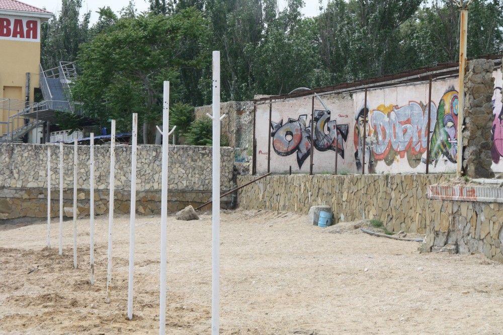 Подготовка одного феодосийского пляжа к курортному сезону