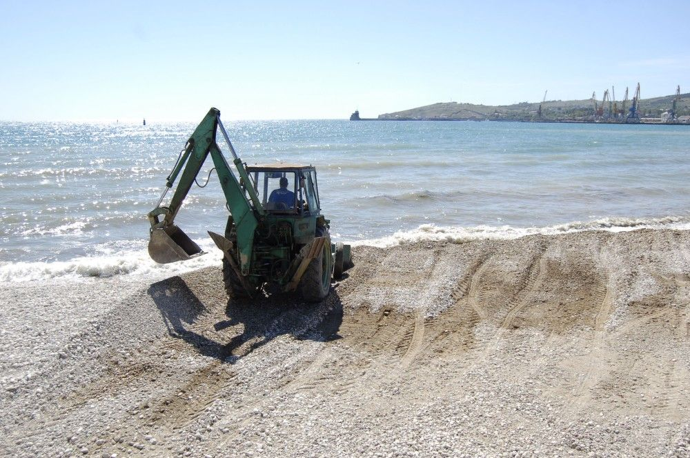 «Ягуар» в Феодосии начал равнять пляж «Камешки»