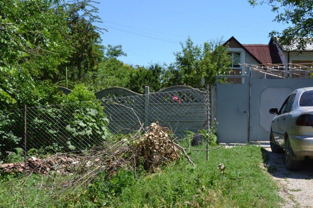Феодосиец ответит по закону за ограждение придомовой территории и хамство бабушкам