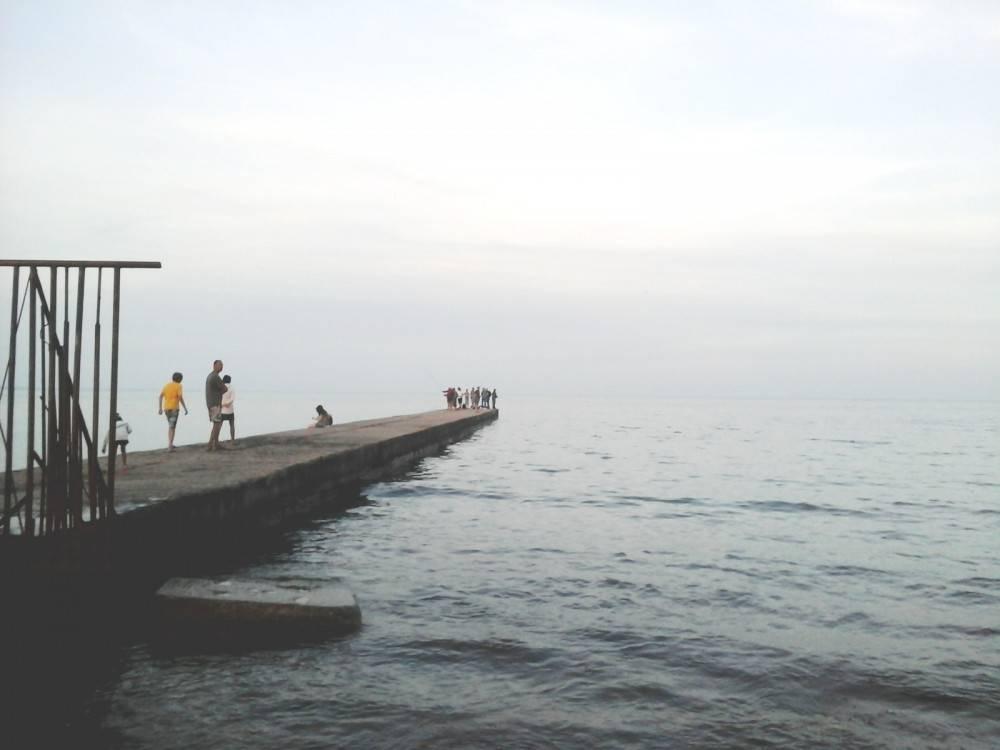 Набарабулькался: в Феодосии нетрезвый рыбачок угодил с пирса в море