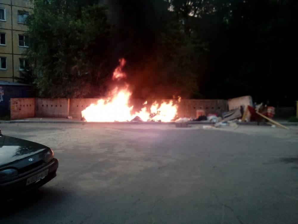В Феодосии продолжают гореть мусорные контейнеры