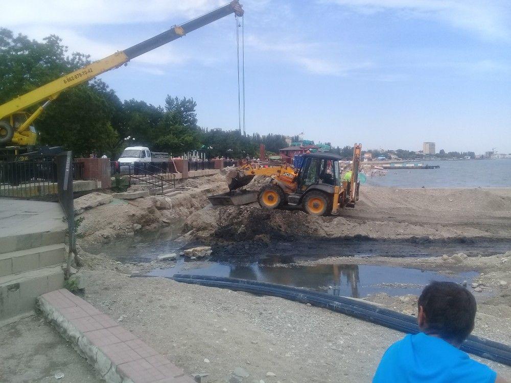 В Феодосии расчищают место для коллектора (фотофакт)