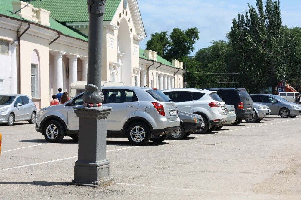 Автостоянка на привокзальной площади Феодосии