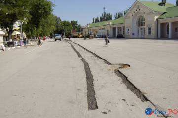 В Феодосии на проспекте Айвазовского восстанавливают асфальт. Накладывают латки