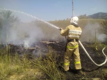 Под Феодосией горела трава: очагом оказалась куча бытового мусора (ФОТО)