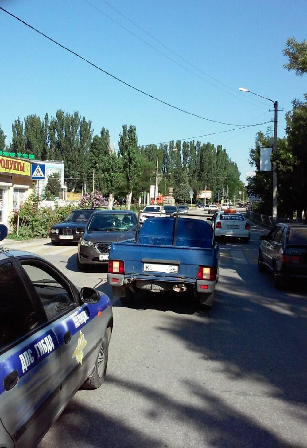 Авария в Феодосии: иномарка сбила парня на пешеходном переходе и врезалась в легковушку (ФОТО)