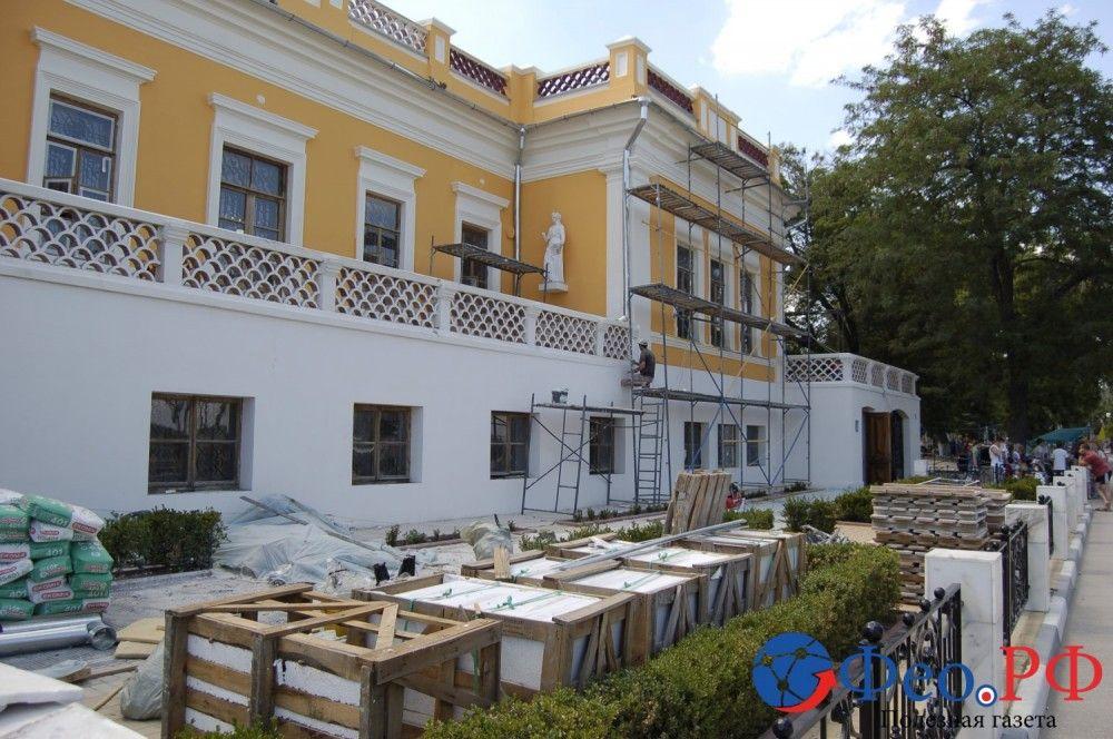 В Феодосии завершают ремонт фасада галереи Айвазовского. Фоторепортаж
