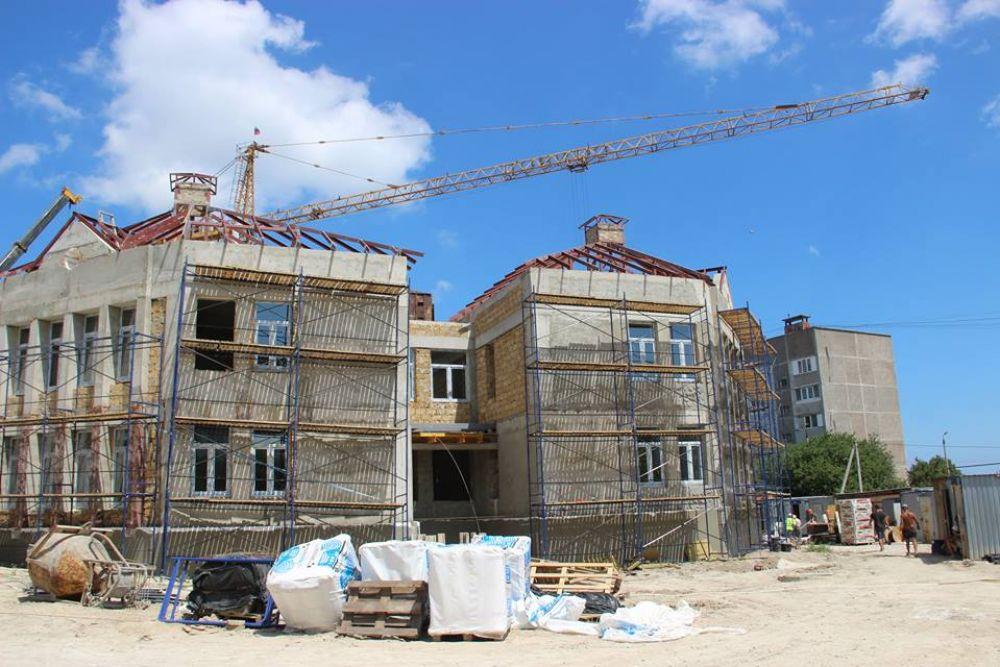 Подрядчик начал фасадные и отделочные работы двух блоков детсада на Челноках в Феодосии (ФОТО)