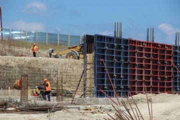 Строители наверстывают сроки возведения школы на Челноках в Феодосии (ФОТО)