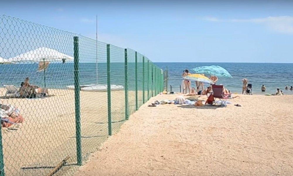 В Феодосии снесут пляжный забор на Черноморской набережной