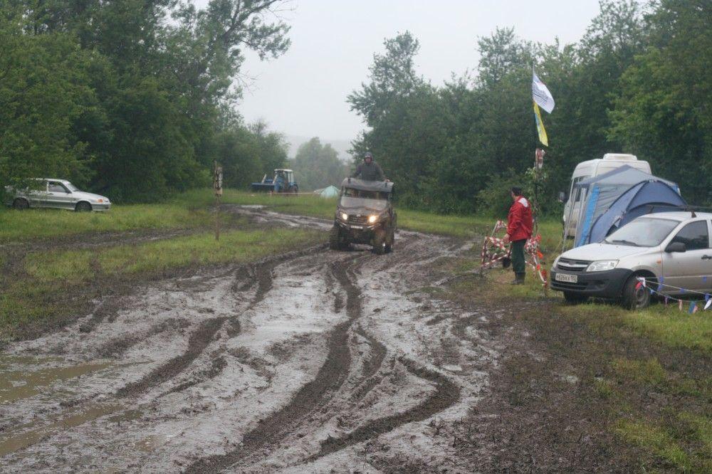 Невзирая на дождь и грязь