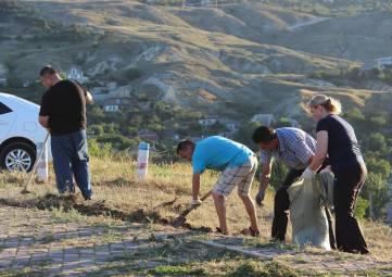Сотрудники горсовета убирали мусор, траву и чистили плитку на Митридате в Феодосии (ФОТО)