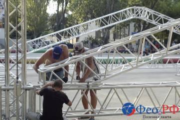 На площади перед «Крымом» собирают гигантского «металлического паука»