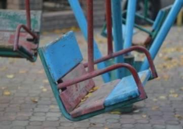 В Кировском незакрепленные качели рухнули на ребенка: мальчик погиб