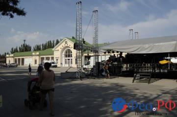 В Феодосии завершается подготовка трех праздничных сцен
